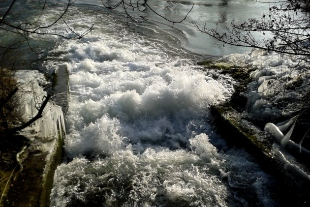 Tosendes Wasser und mit Eiszapfen geschmückte Zweige. Baden sollte man hier besser nicht.